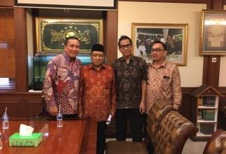 Solihin, Corporate Affairs Director Alfamart (paling kiri), dan management Alfamart berfoto bersama