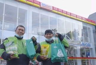 Alfamart Salurkan Bantuan Sembako untuk Mitra Gojek