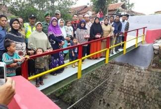 Alfamart Perbarui Jembatan di Desa Bunisari